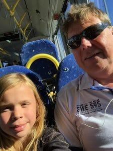 Pelle och dottern åker buss