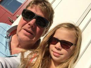 Pelle och Emma visar sina solglasögon.