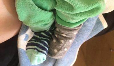 Bebisfötter med strumpor