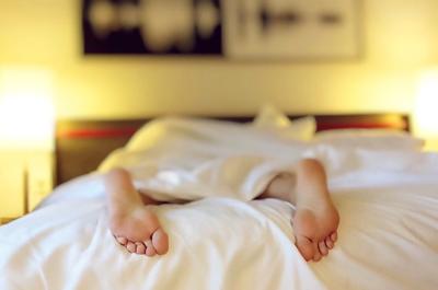 Två fötter under ett sängtäcke