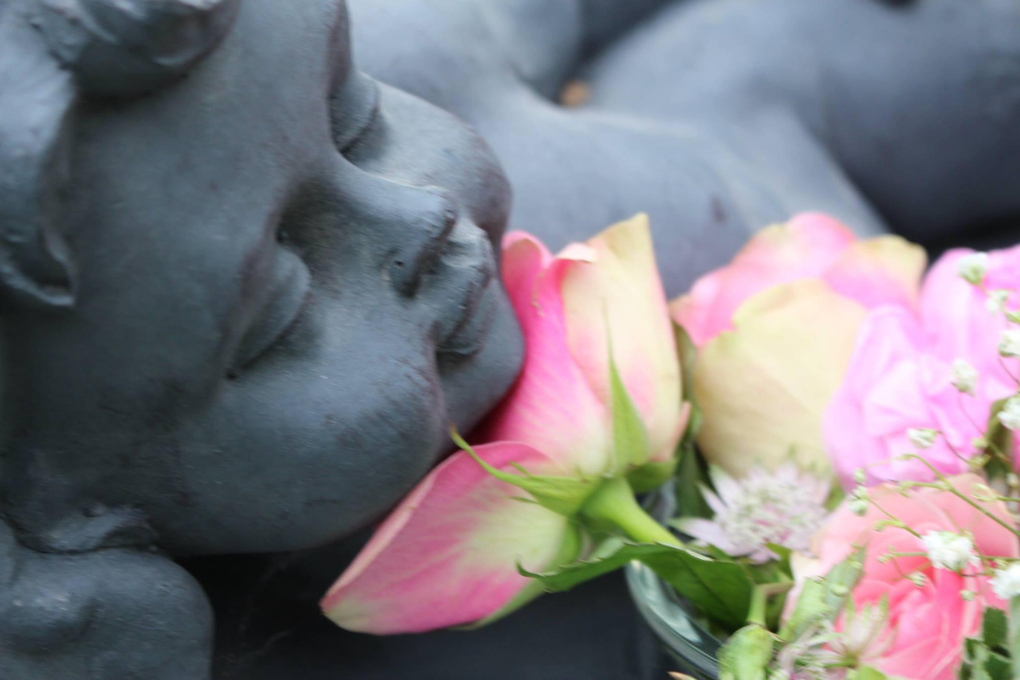En sorgens ängel med rosa rosor.
