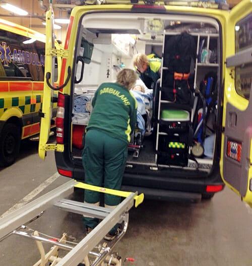 ^Madeleine lastas in i en ambulans